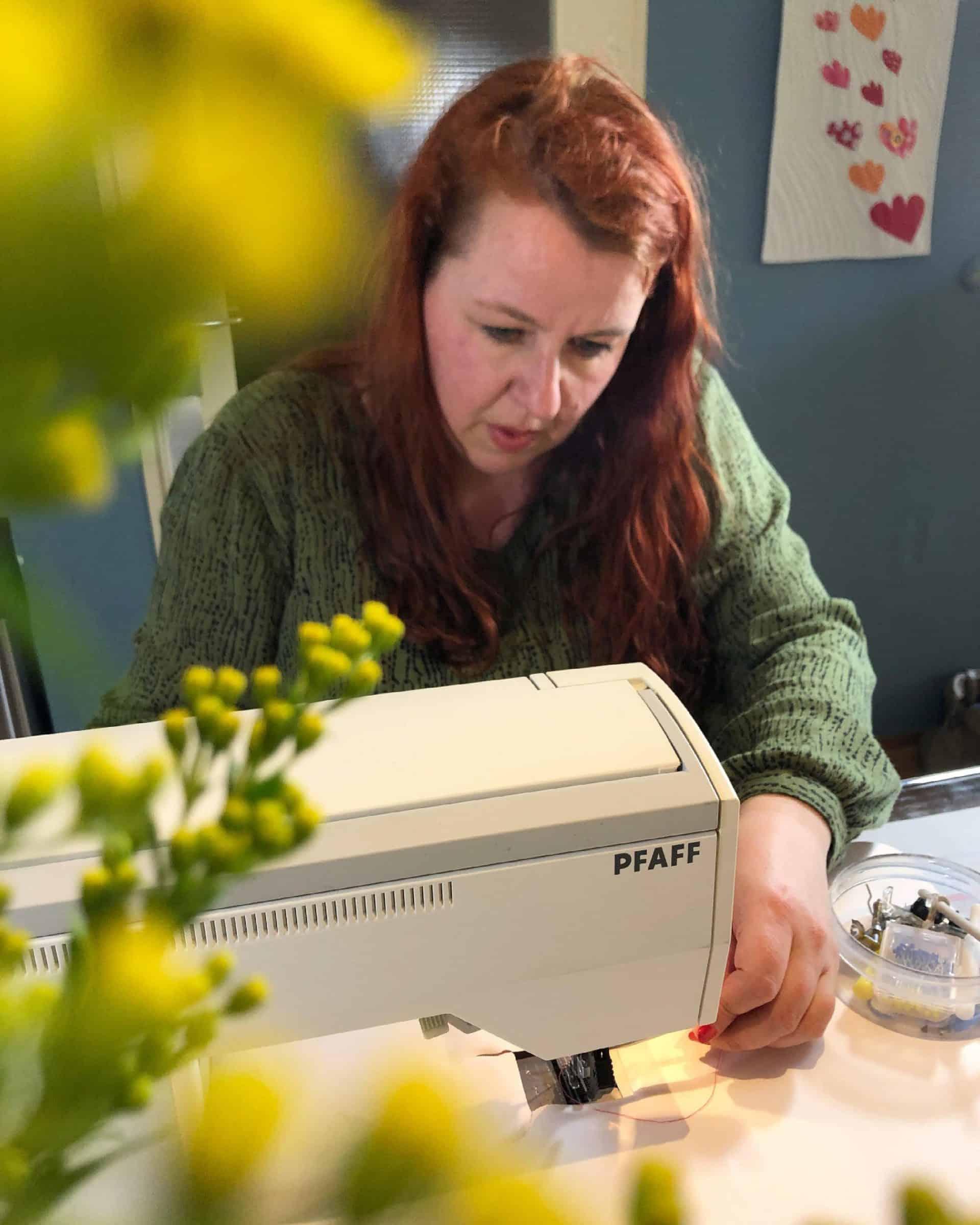 Marlies achter naaimachine - Marlies Mansveld Quiltinspiratie